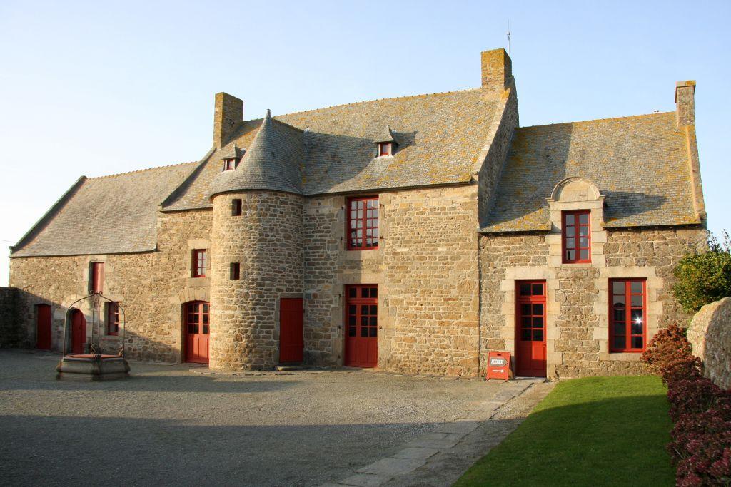 Le manoir de Limoëlou (partie de gauche XVe, partie centrale XVIe, partie de droite XIXe) (source : http://www.ville-saint-malo.fr/culture/patrimoine/extra-muros/)