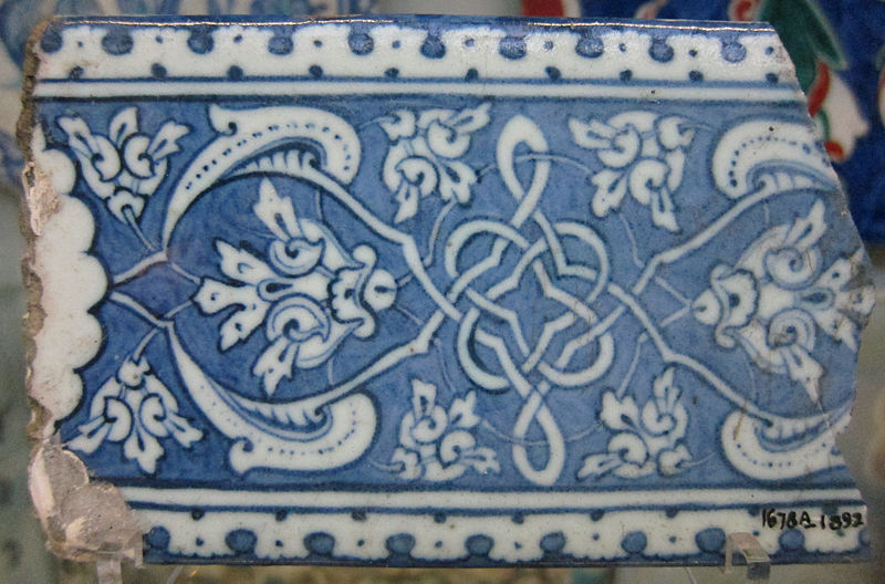Fragment de céramique d'Iznik, bleu et blanc , c. 1480-1510  15.9 cm x 8.9 cm,  Victoria and Albert Museum (source : wikimedia commons)